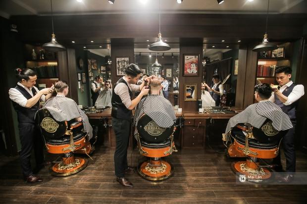 Có gì trong tiệm cắt tóc toàn quý ông lịch lãm ở Hà Nội, nơi con gái không được đặt chân vào? - Ảnh 4.
