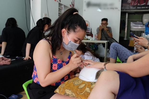 Cô gái kể lại chuyện đánh trả tên cướp mang súng xông vào tiệm nail ở Hà Nội - Ảnh 2.