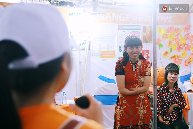 Họa sĩ khuyết tật Lê Minh Châu vẽ chân dung học trò để triển lãm tại gian hàng Sáng kiến Màu cam - Ảnh 12.