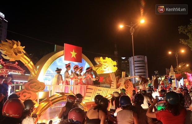Hàng vạn người đổ ra đường hòa mình cùng lễ hội đường phố cực sôi động ở Đà Nẵng - Ảnh 4.