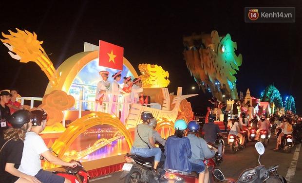 Hàng vạn người đổ ra đường hòa mình cùng lễ hội đường phố cực sôi động ở Đà Nẵng - Ảnh 19.