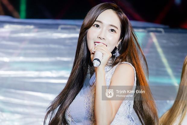 Ướt nhẹp vì mưa gió, Jessica vẫn để lại những khoảnh khắc đẹp mê mẩn trên sân khấu Việt Nam - Ảnh 8.
