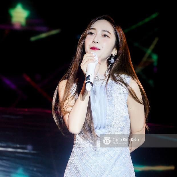 Ướt nhẹp vì mưa gió, Jessica vẫn để lại những khoảnh khắc đẹp mê mẩn trên sân khấu Việt Nam - Ảnh 6.