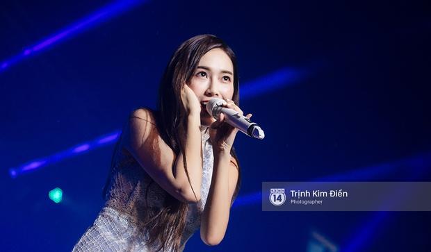 Ướt nhẹp vì mưa gió, Jessica vẫn để lại những khoảnh khắc đẹp mê mẩn trên sân khấu Việt Nam - Ảnh 3.