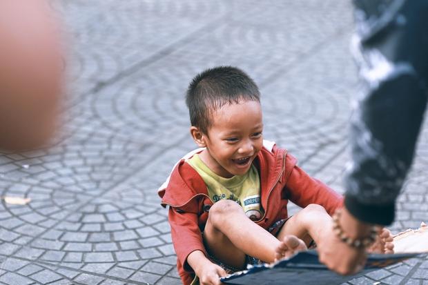 Nhiều người xúc động và muốn giúp cậu bé 5 tuổi trong bức ảnh xếp dép được đi học miễn phí - Ảnh 8.