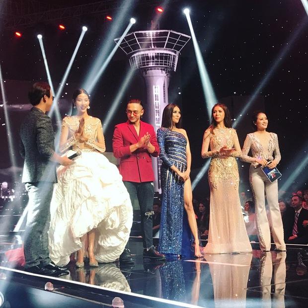 Chung kết The Face: Hoàng Thùy đụng hàng chiếc váy ấn tượng nhất trong liveshow mới của Hà Hồ - Ảnh 1.