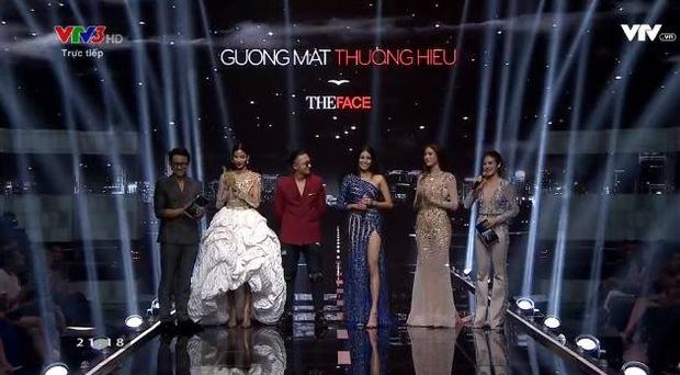Chung kết The Face: Hoàng Thùy đụng hàng chiếc váy ấn tượng nhất trong liveshow mới của Hà Hồ - Ảnh 2.