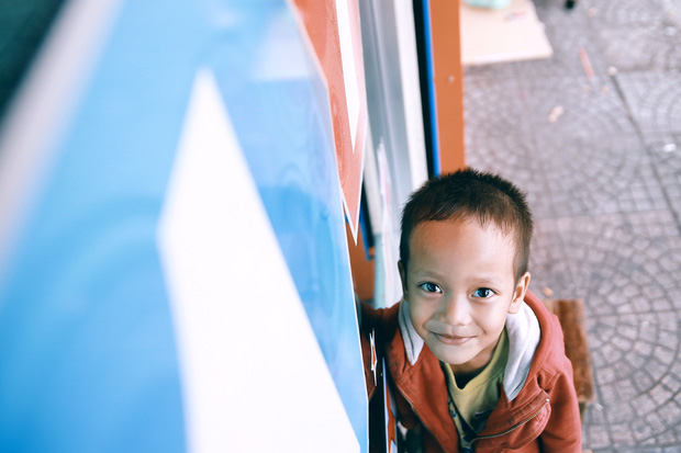 Nhiều người xúc động và muốn giúp cậu bé 5 tuổi trong bức ảnh xếp dép được đi học miễn phí - Ảnh 10.