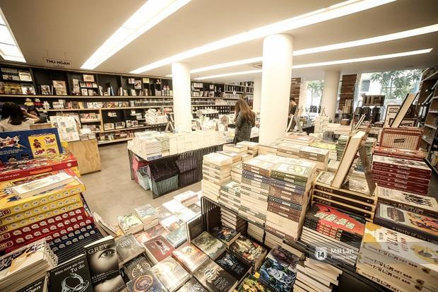 Nhà sách 4 tầng vừa có triển lãm, vừa có cà phê, lại đầy góc chụp ảnh sống ảo đang làm giới trẻ Hà Nội mê mệt - Ảnh 3.