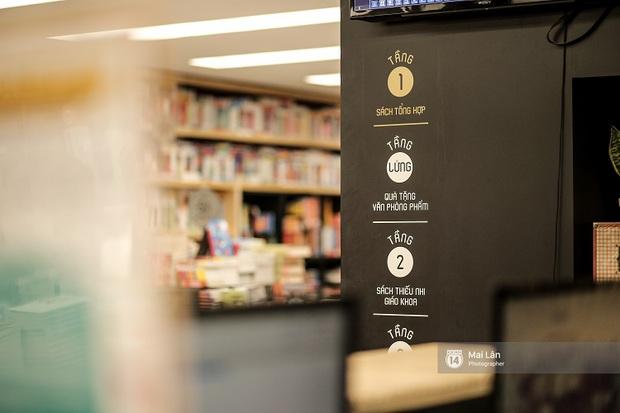 Nhà sách 4 tầng vừa có triển lãm, vừa có cà phê, lại đầy góc chụp ảnh sống ảo đang làm giới trẻ Hà Nội mê mệt - Ảnh 5.