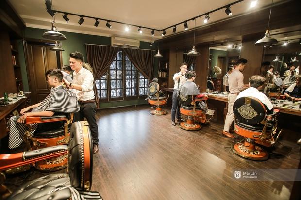 Có gì trong tiệm cắt tóc toàn quý ông lịch lãm ở Hà Nội, nơi con gái không được đặt chân vào? - Ảnh 3.