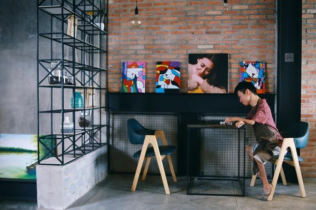 Không chỉ là họa sĩ khuyết tật, Lê Minh Châu đã trở thành chủ quán cafe kết hợp lớp dạy vẽ ở Sài Gòn - Ảnh 4.