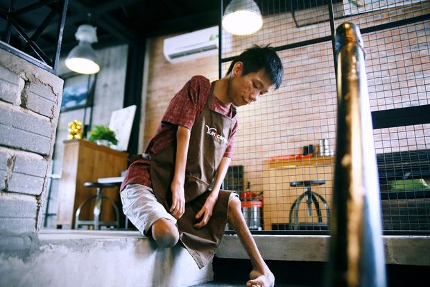 Không chỉ là họa sĩ khuyết tật, Lê Minh Châu đã trở thành chủ quán cafe kết hợp lớp dạy vẽ ở Sài Gòn - Ảnh 6.