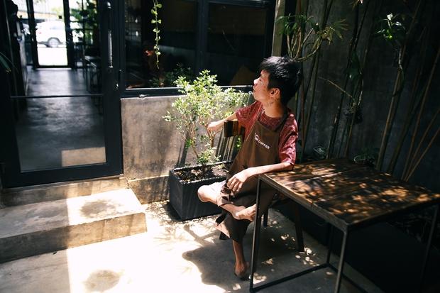 Không chỉ là họa sĩ khuyết tật, Lê Minh Châu đã trở thành chủ quán cafe kết hợp lớp dạy vẽ ở Sài Gòn - Ảnh 7.