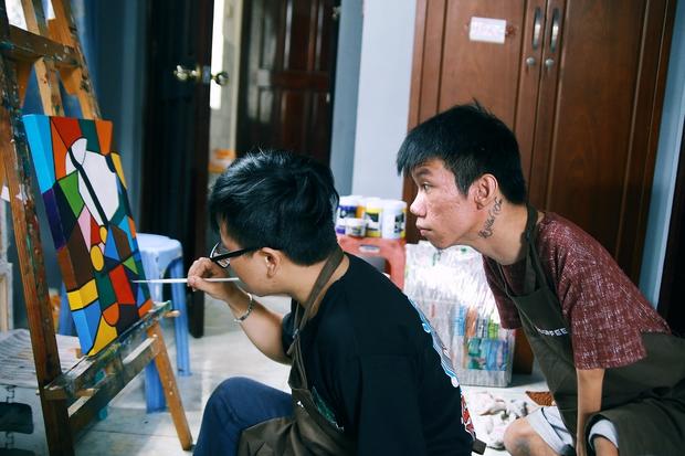 Không chỉ là họa sĩ khuyết tật, Lê Minh Châu đã trở thành chủ quán cafe kết hợp lớp dạy vẽ ở Sài Gòn - Ảnh 10.