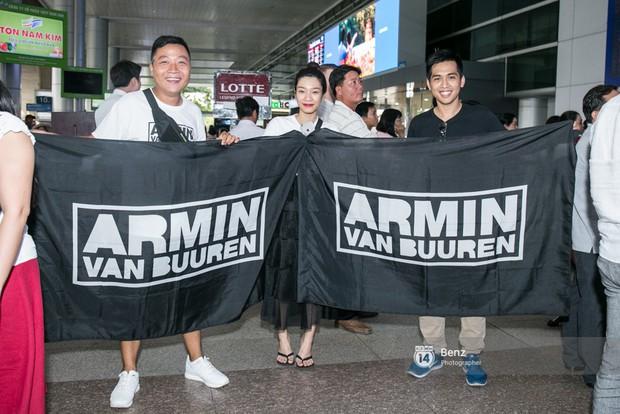 Armin van Buuren - Huyền thoại DJ số một thế giới thích thú đội nón lá, được fan hâm mộ vây kín tại sân bay Tân Sơn Nhất - Ảnh 14.