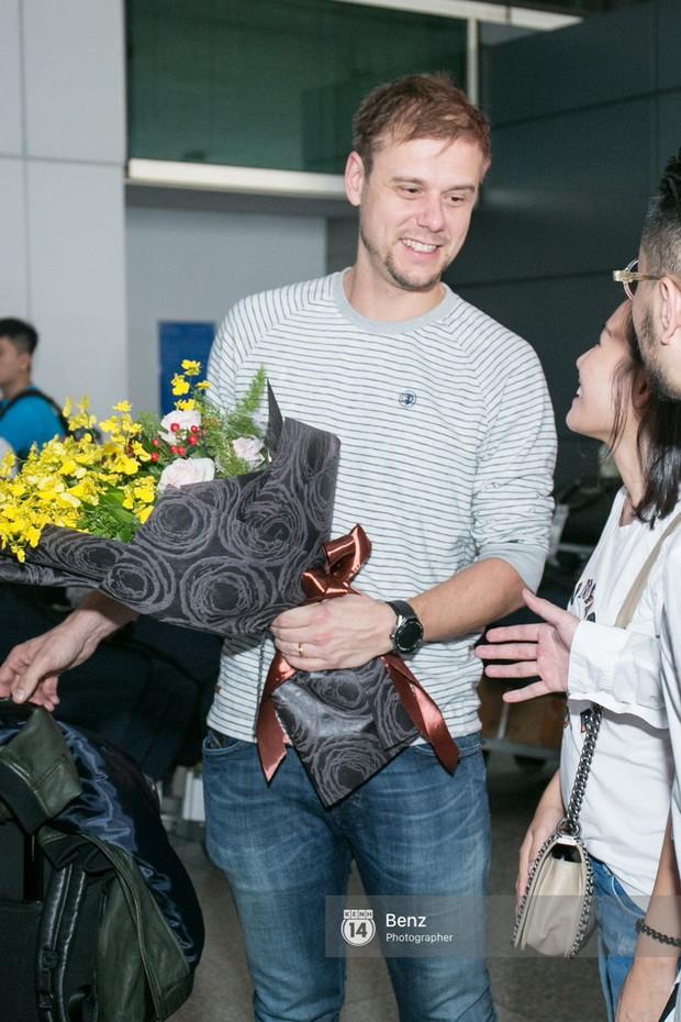 Armin van Buuren - Huyền thoại DJ số một thế giới thích thú đội nón lá, được fan hâm mộ vây kín tại sân bay Tân Sơn Nhất - Ảnh 1.