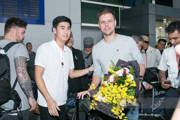 Armin van Buuren - Huyền thoại DJ số một thế giới thích thú đội nón lá, được fan hâm mộ vây kín tại sân bay Tân Sơn Nhất - Ảnh 5.