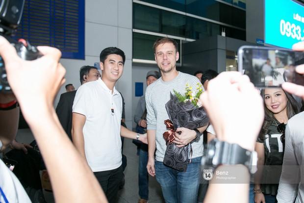 Armin van Buuren - Huyền thoại DJ số một thế giới thích thú đội nón lá, được fan hâm mộ vây kín tại sân bay Tân Sơn Nhất - Ảnh 2.
