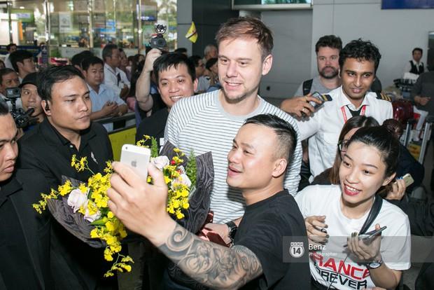 Armin van Buuren - Huyền thoại DJ số một thế giới thích thú đội nón lá, được fan hâm mộ vây kín tại sân bay Tân Sơn Nhất - Ảnh 4.