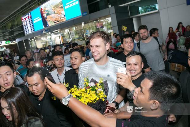 Armin van Buuren - Huyền thoại DJ số một thế giới thích thú đội nón lá, được fan hâm mộ vây kín tại sân bay Tân Sơn Nhất - Ảnh 3.