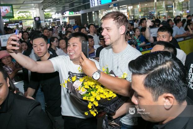 Armin van Buuren - Huyền thoại DJ số một thế giới thích thú đội nón lá, được fan hâm mộ vây kín tại sân bay Tân Sơn Nhất - Ảnh 6.