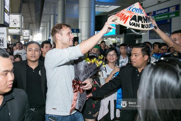 Armin van Buuren - Huyền thoại DJ số một thế giới thích thú đội nón lá, được fan hâm mộ vây kín tại sân bay Tân Sơn Nhất - Ảnh 7.