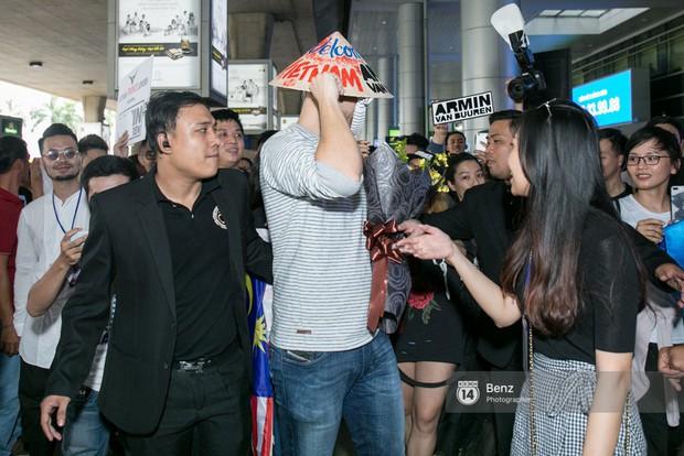 Armin van Buuren - Huyền thoại DJ số một thế giới thích thú đội nón lá, được fan hâm mộ vây kín tại sân bay Tân Sơn Nhất - Ảnh 8.