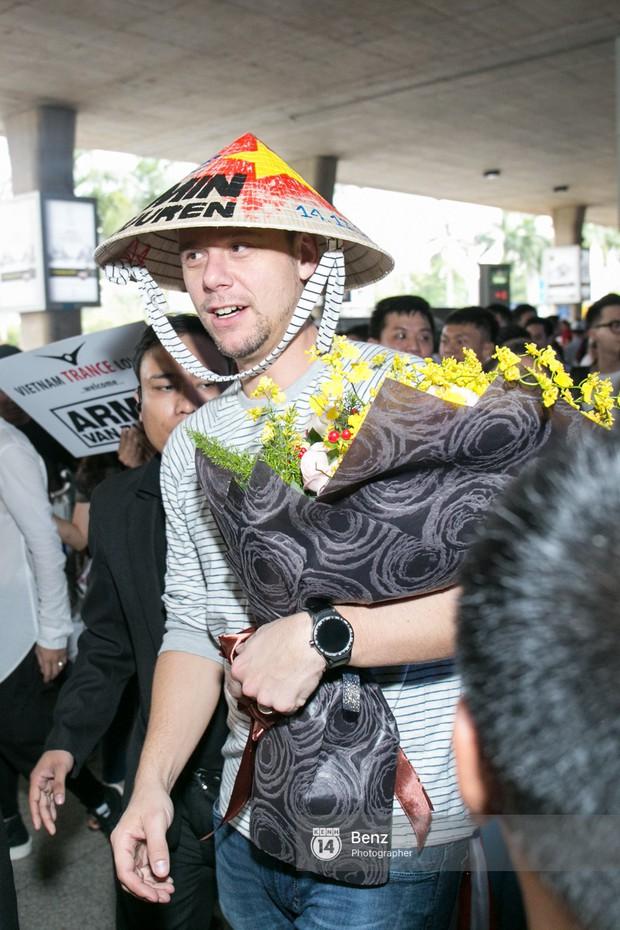 Armin van Buuren - Huyền thoại DJ số một thế giới thích thú đội nón lá, được fan hâm mộ vây kín tại sân bay Tân Sơn Nhất - Ảnh 9.