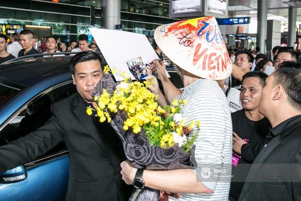 Armin van Buuren - Huyền thoại DJ số một thế giới thích thú đội nón lá, được fan hâm mộ vây kín tại sân bay Tân Sơn Nhất - Ảnh 10.