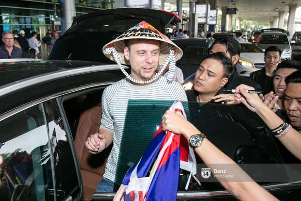 Armin van Buuren - Huyền thoại DJ số một thế giới thích thú đội nón lá, được fan hâm mộ vây kín tại sân bay Tân Sơn Nhất - Ảnh 11.
