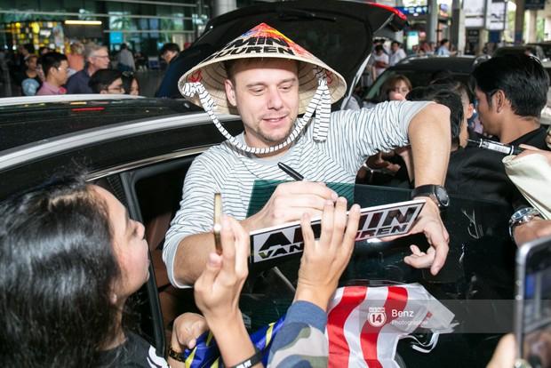 Armin van Buuren - Huyền thoại DJ số một thế giới thích thú đội nón lá, được fan hâm mộ vây kín tại sân bay Tân Sơn Nhất - Ảnh 12.