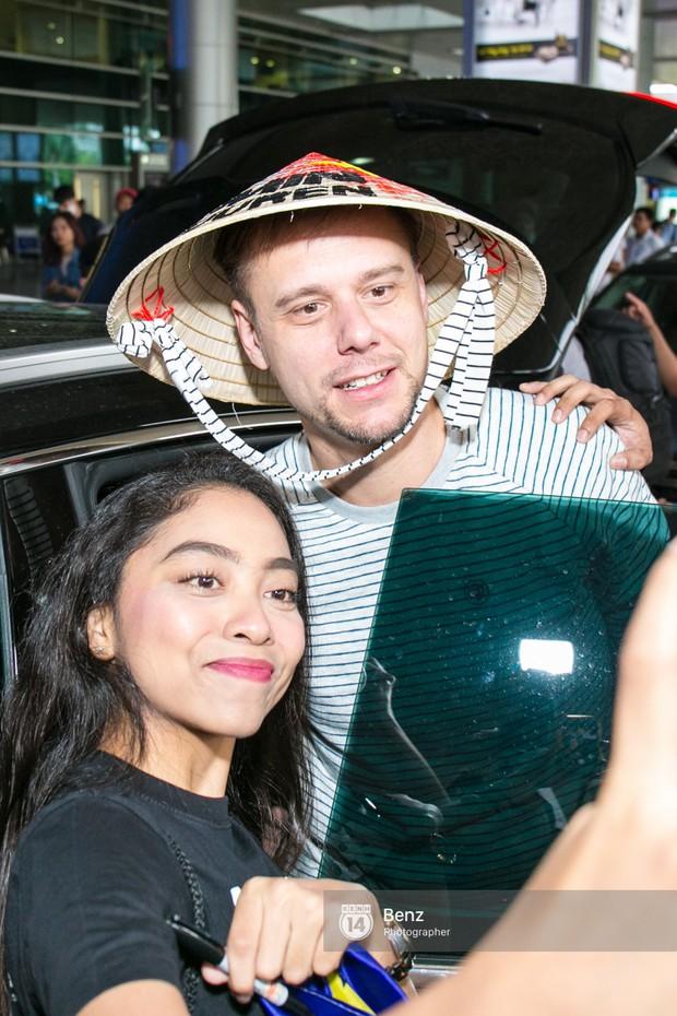 Armin van Buuren - Huyền thoại DJ số một thế giới thích thú đội nón lá, được fan hâm mộ vây kín tại sân bay Tân Sơn Nhất - Ảnh 13.