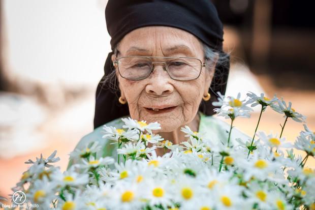 Người mẫu 99 tuổi điệu đà tạo dáng bên hoa cúc họa mi - Ảnh 2.