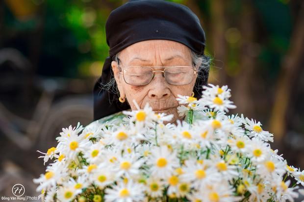 Người mẫu 99 tuổi điệu đà tạo dáng bên hoa cúc họa mi - Ảnh 4.