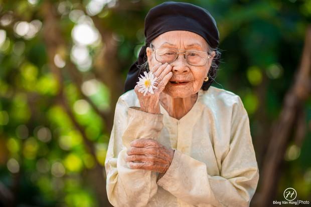 Người mẫu 99 tuổi điệu đà tạo dáng bên hoa cúc họa mi - Ảnh 8.