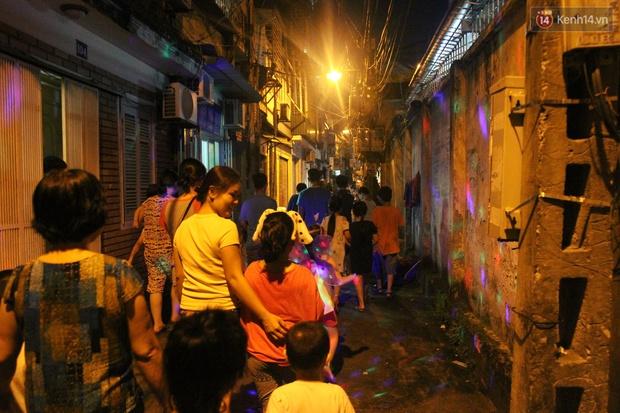 Trái với cảnh đông đúc ở trung tâm, bọn trẻ khu tập thể cũ Hà Nội quây quần phá cỗ và rước đèn khắp xóm đêm Trung thu - Ảnh 7.