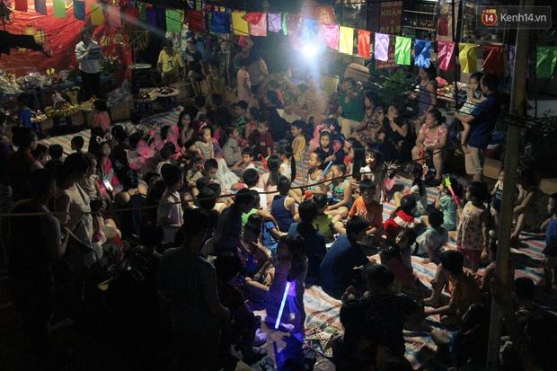 Trái với cảnh đông đúc ở trung tâm, bọn trẻ khu tập thể cũ Hà Nội quây quần phá cỗ và rước đèn khắp xóm đêm Trung thu - Ảnh 2.
