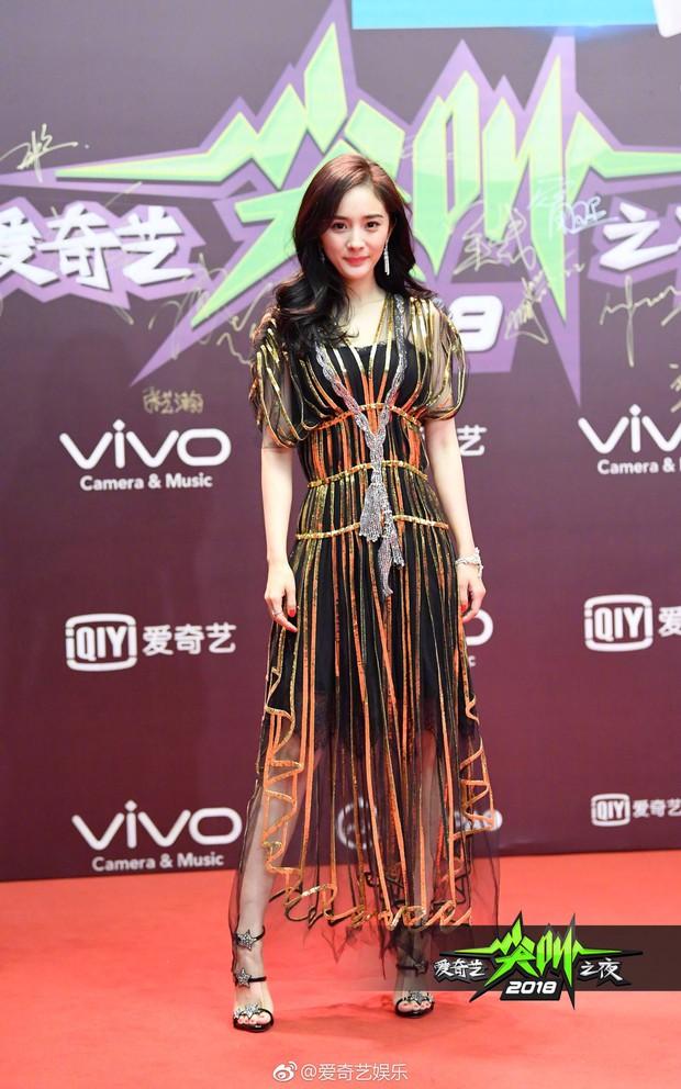 Thảm đỏ iQiYi: Dương Mịch cân cả dàn mỹ nhân Cbiz, bạn gái Trương Hàn nhan sắc ngày càng lên hương - Ảnh 2.