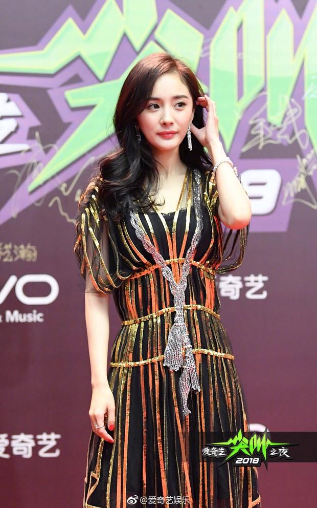 Thảm đỏ iQiYi: Dương Mịch cân cả dàn mỹ nhân Cbiz, bạn gái Trương Hàn nhan sắc ngày càng lên hương - Ảnh 3.