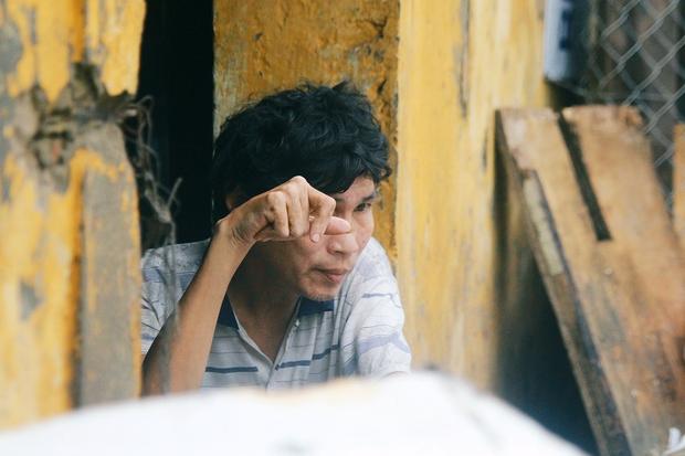 Rơi nước mắt cảnh người đàn ông tâm thần sống cô độc ở Hà Nội, bị người dân xa lánh và ném rác trước nhà - Ảnh 4.