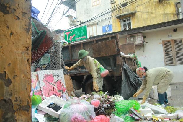 Rơi nước mắt cảnh người đàn ông tâm thần sống cô độc ở Hà Nội, bị người dân xa lánh và ném rác trước nhà - Ảnh 7.