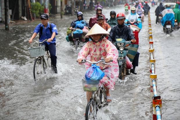 Học sinh ở Sài Gòn bì bõm lội nước sau giờ tan học do mưa lớn kéo dài từ sáng đến trưa - Ảnh 11.