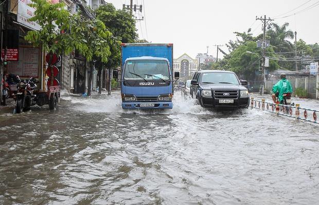 Học sinh ở Sài Gòn bì bõm lội nước sau giờ tan học do mưa lớn kéo dài từ sáng đến trưa - Ảnh 14.