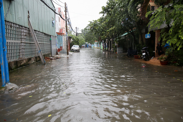 Học sinh ở Sài Gòn bì bõm lội nước sau giờ tan học do mưa lớn kéo dài từ sáng đến trưa - Ảnh 15.