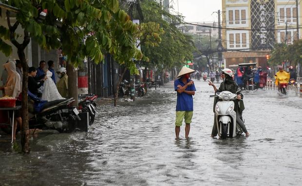 Học sinh ở Sài Gòn bì bõm lội nước sau giờ tan học do mưa lớn kéo dài từ sáng đến trưa - Ảnh 16.