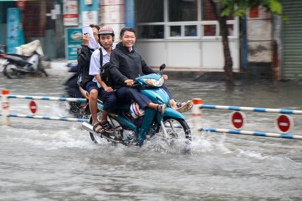 Học sinh ở Sài Gòn bì bõm lội nước sau giờ tan học do mưa lớn kéo dài từ sáng đến trưa - Ảnh 7.