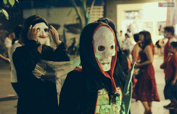 Đầu tư mùa Halloween, nhiều bạn trẻ Sài Gòn hóa trang rùng rợn trêu đùa trẻ em ở phố đi bộ Nguyễn Huệ - Ảnh 13.