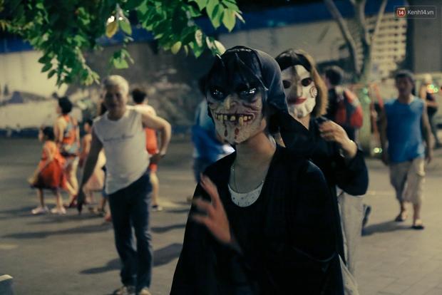 Đầu tư mùa Halloween, nhiều bạn trẻ Sài Gòn hóa trang rùng rợn trêu đùa trẻ em ở phố đi bộ Nguyễn Huệ - Ảnh 14.