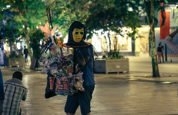 Đầu tư mùa Halloween, nhiều bạn trẻ Sài Gòn hóa trang rùng rợn trêu đùa trẻ em ở phố đi bộ Nguyễn Huệ - Ảnh 2.